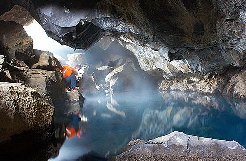 V jeskyni s termální říčkou