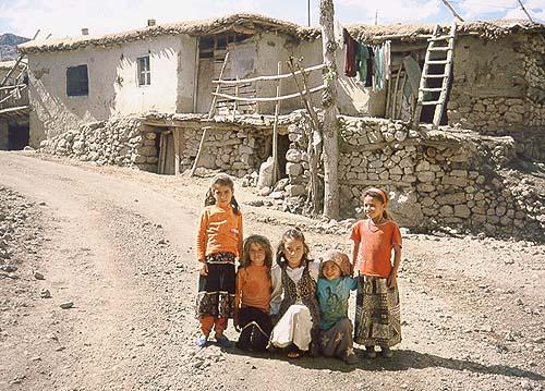 Děti v horské vesničce Karadut