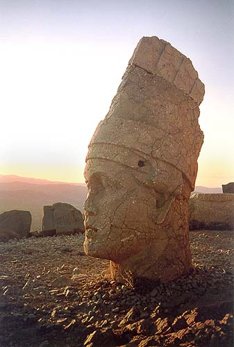 Král Antiochos I. očekává západ slunce
