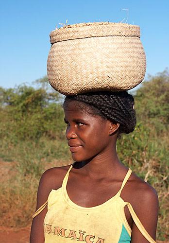 Žena s košem na hlavě
