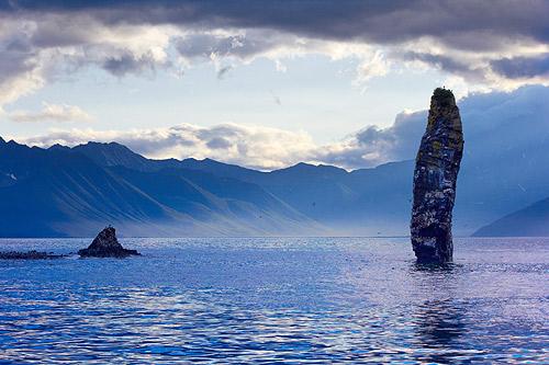 Skalní věž v oceánu