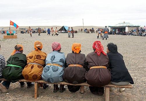 Ženy sledují svátek Naadam