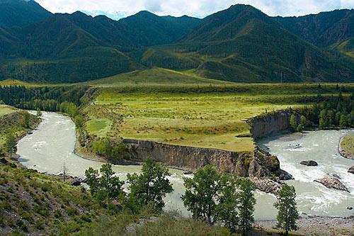 Řeka Čuja s peřejí Turbína