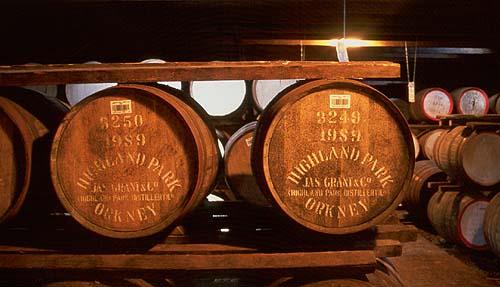 Takhle zraje whisky na Orknejích