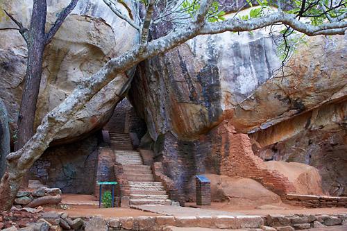 Schodiště pod skalou Sigiriya